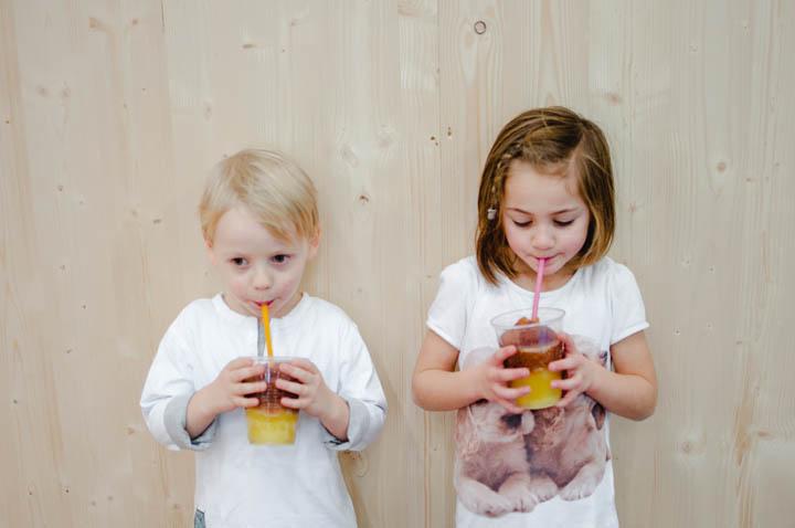 Zwei Kinder trinken Slushy