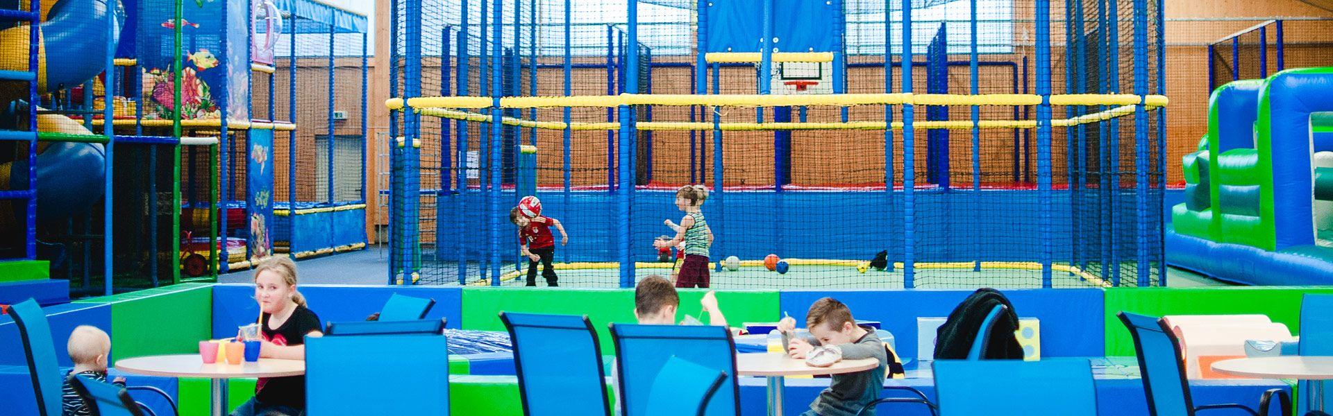 Übersicht über die Halle mit spielenden Kindern